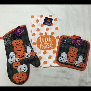 Halloween kitchen towel and oven mitts set